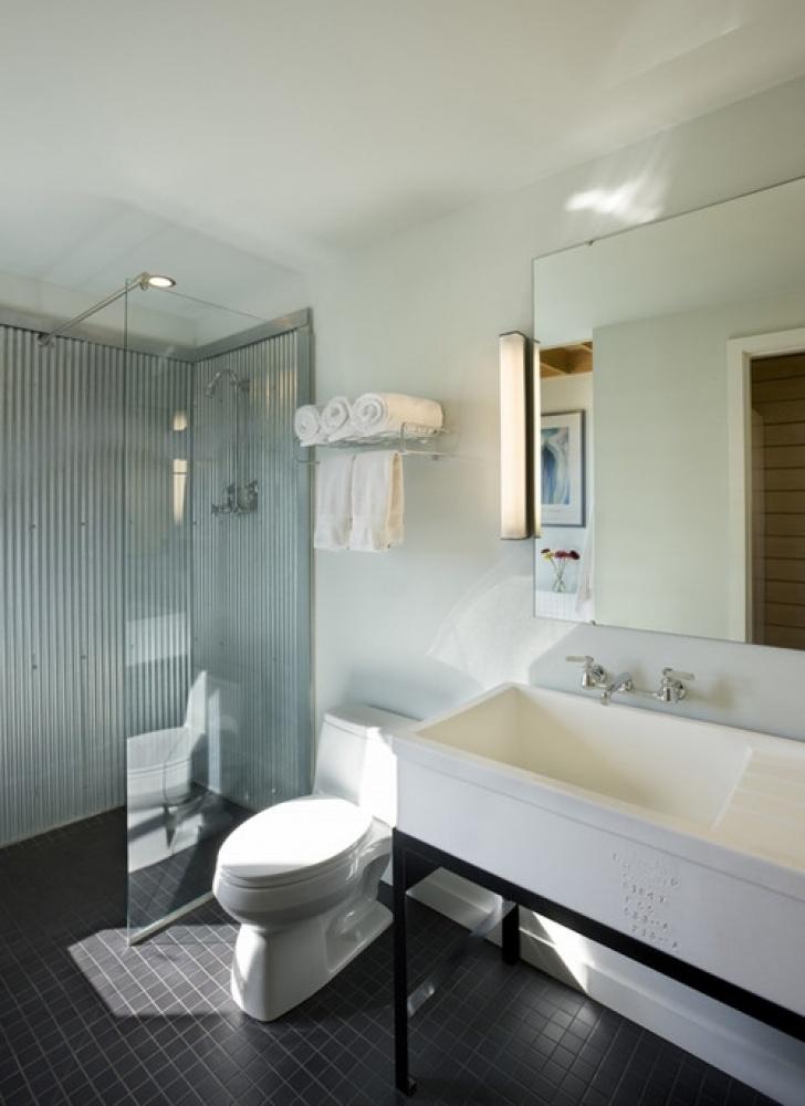Антикварная раковина в интерьере современной ванной