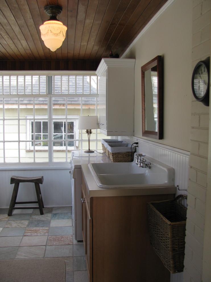 Антикварная мойка с двумя чашами в интерьере современной кухни