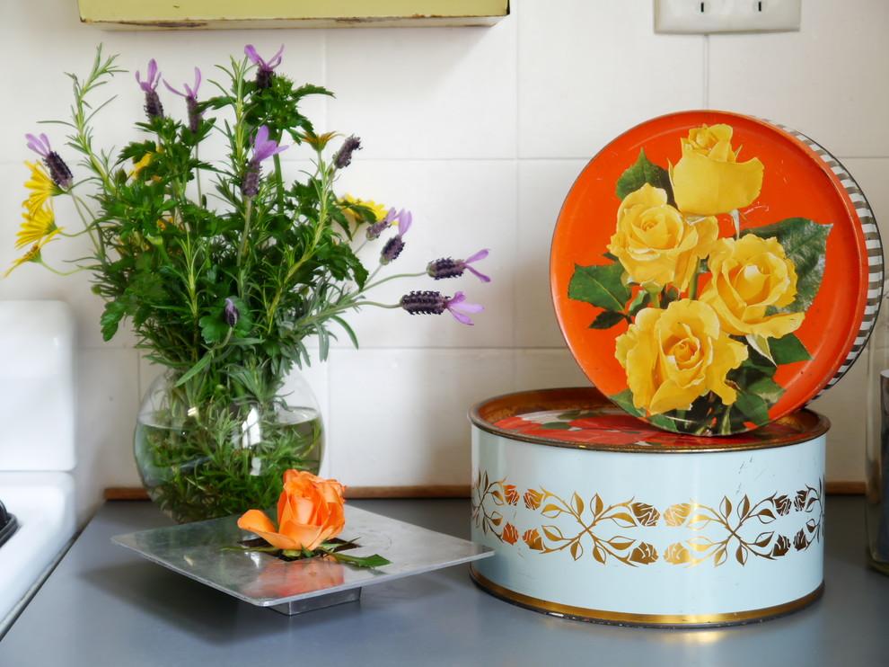 Жестяные круглые коробки  от печенья в ретро-дизайне интерьера кухни от The Room Illuminated