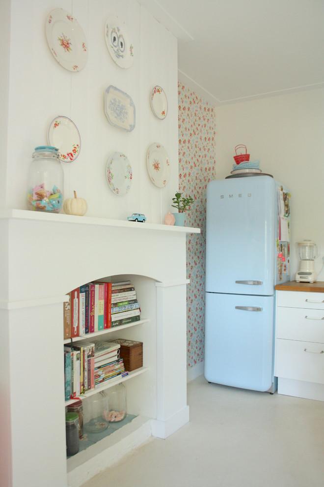 Ретро-холодильник Smeg голубого цвета в дизайне интерьера кухни от Holly Marder