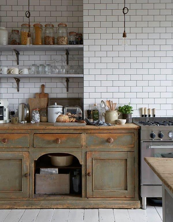Винтажные кухни: искусственно состаренная мебель – партнёр современной бытовой техники