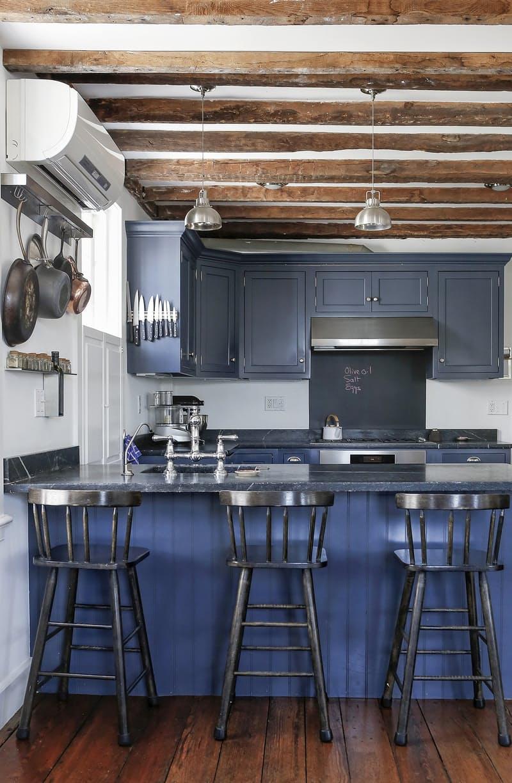 Винтажные кухня идеально вписывается в более чем двухсотлетний дом