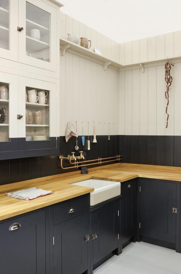 Винтажные кухни: контрастное окрашивание акцентирует на современности мебели под старину