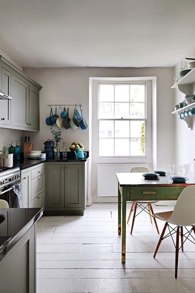 Винтажные кухни: светлый оттенок пола и стен подчёркивает прелести мебельного антиквариата