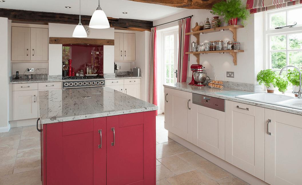 Ярко-красный цвет кухонного острова в интерьере