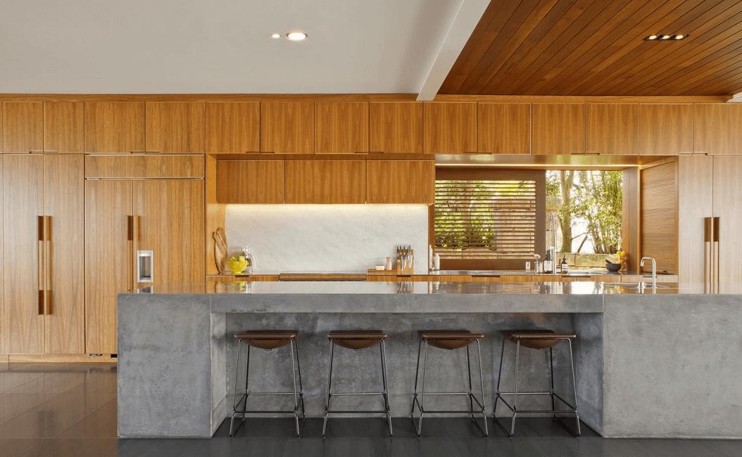 Шкафы из натурального дерева в интерьере кухни