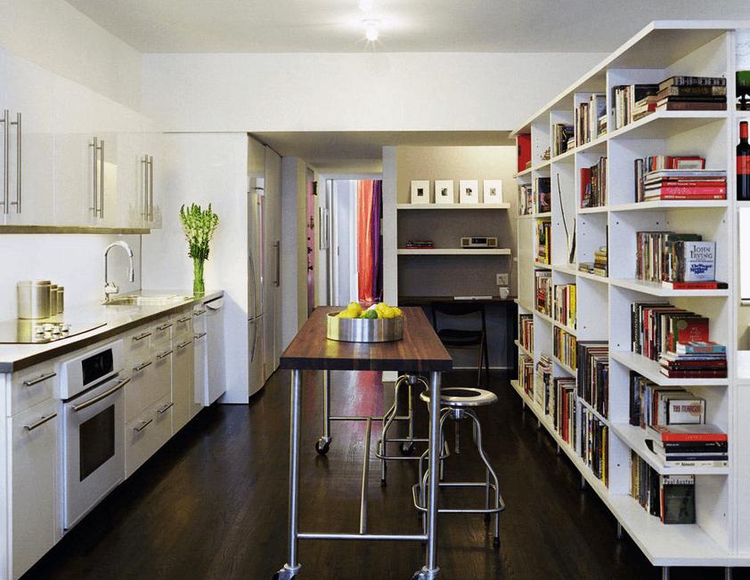 Тёмные деревянный стол с металлическим каркасом в интерьере кухни