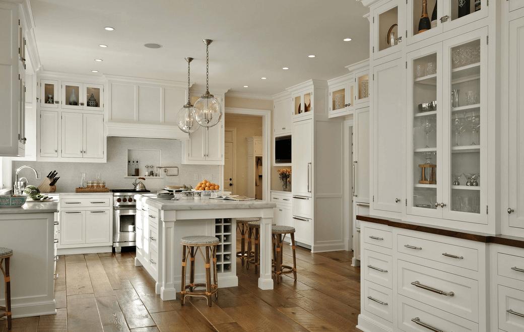 Классический дизайн белого кухонного гарнитура