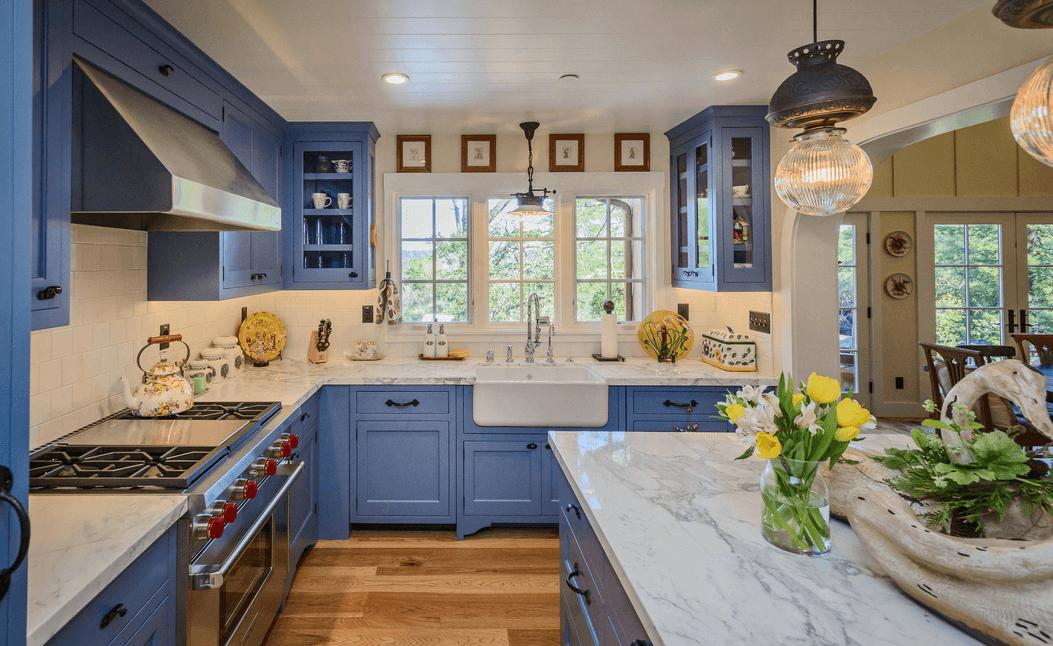 Дизайн голубого кухонного гарнитура в интерьере