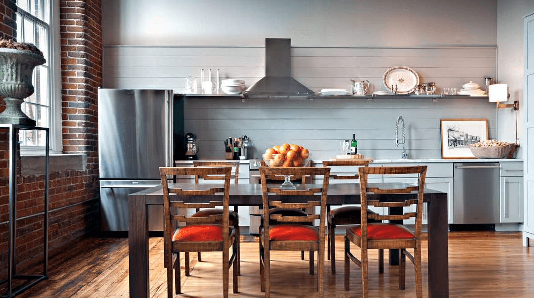 Кирпичная кладка на стене в интерьере кухни