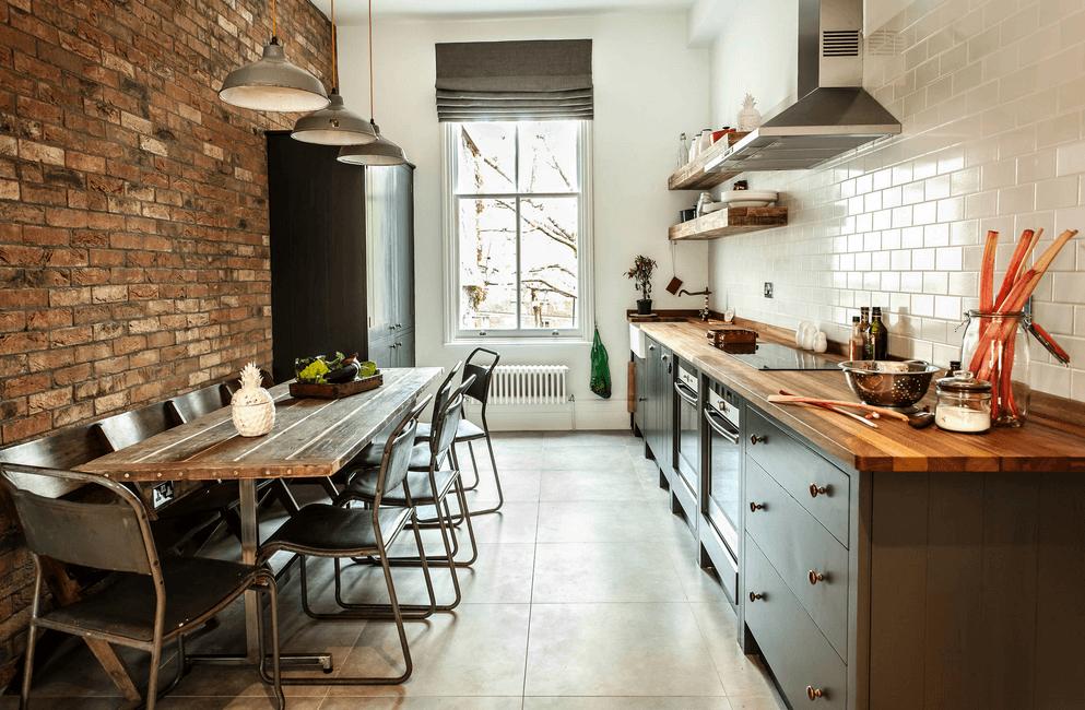 Старый деревянный стол в интерьере кухни