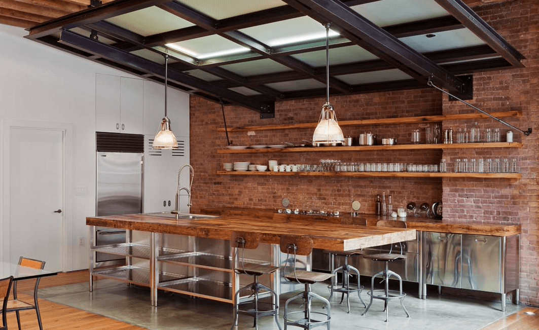 Оригинальные светильники над барной стойкой в интерьере кухни
