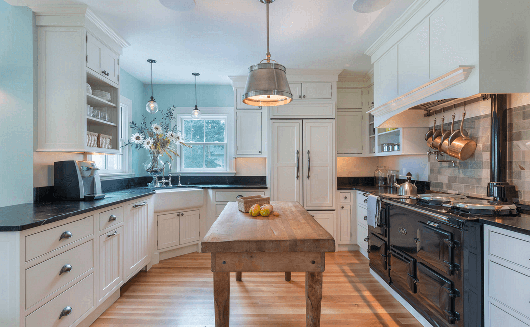 Бледно-голубые стены в интерьере кухни