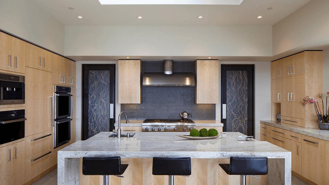 Светлые мраморные столешницы в интерьере кухни