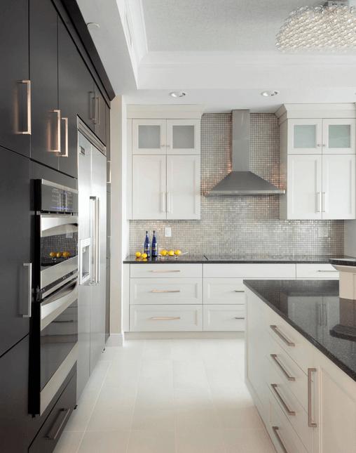 Серая плитка-мозаика в интерьере кухни