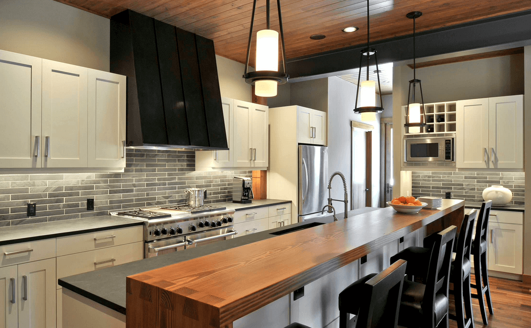 Чёрные деревянные стулья в интерьере кухни