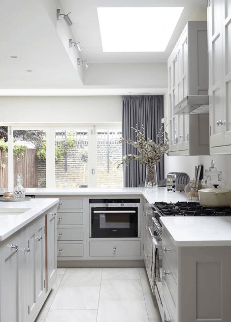Большие окна в интерьере кухни