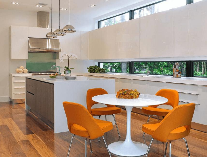 Ярко-оранжевые стулья в интерьере кухни