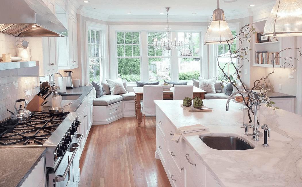 Большой светлый диван в интерьере кухни