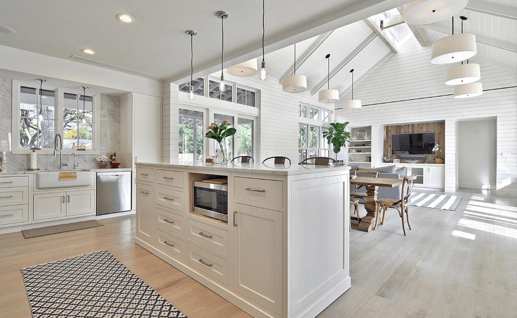 Отделка стен кухни белыми деревянными панелями