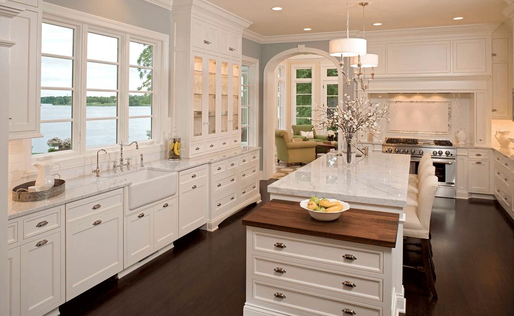 Тёмный деревянный пол в интерьере белой кухни