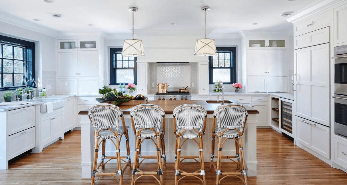 Оригинальные стулья с плетёными сидениями в интерьере кухни