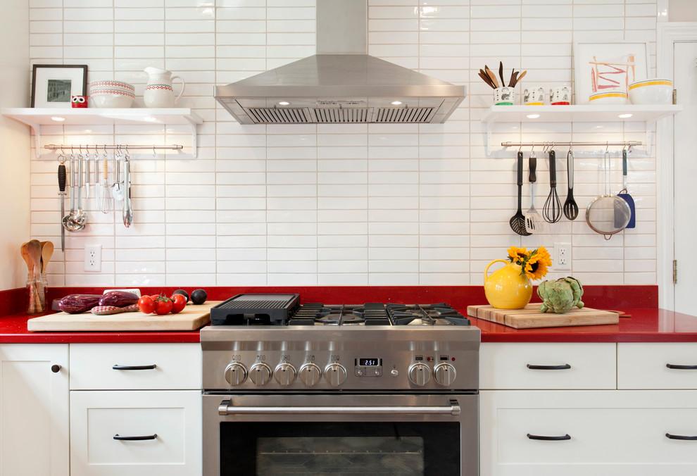 Белая кухня с красной столешницей