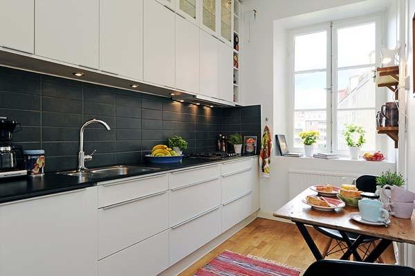Чёрная плитка в оформлении кухонного фартука