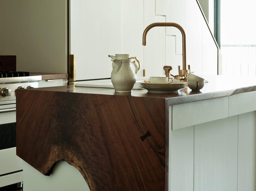 Оригинальный дизайн интерьера белой кухни с деревянными акцентами от WORKSTEAD