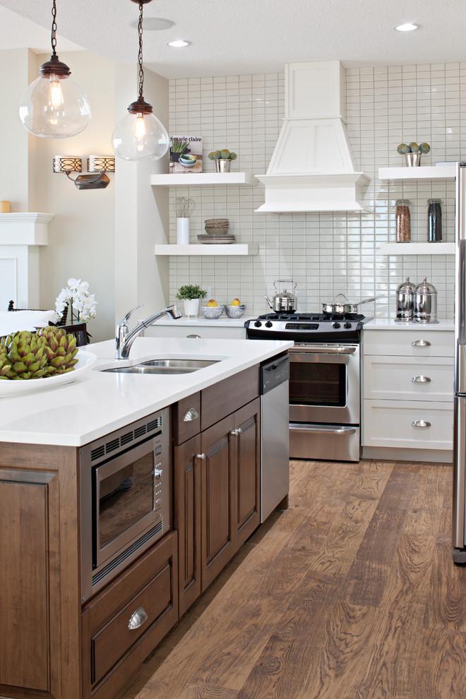 Оригинальный дизайн интерьера белой кухни с деревянными акцентами от Cardel Designs