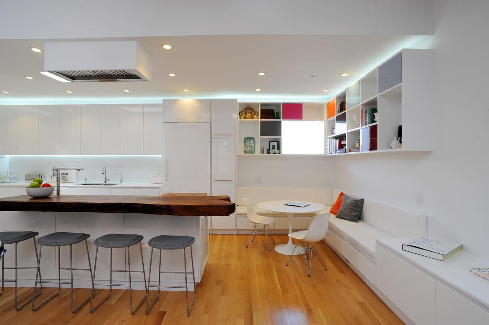 Оригинальный дизайн интерьера белой кухни с деревянными акцентами от DMC San Francisco
