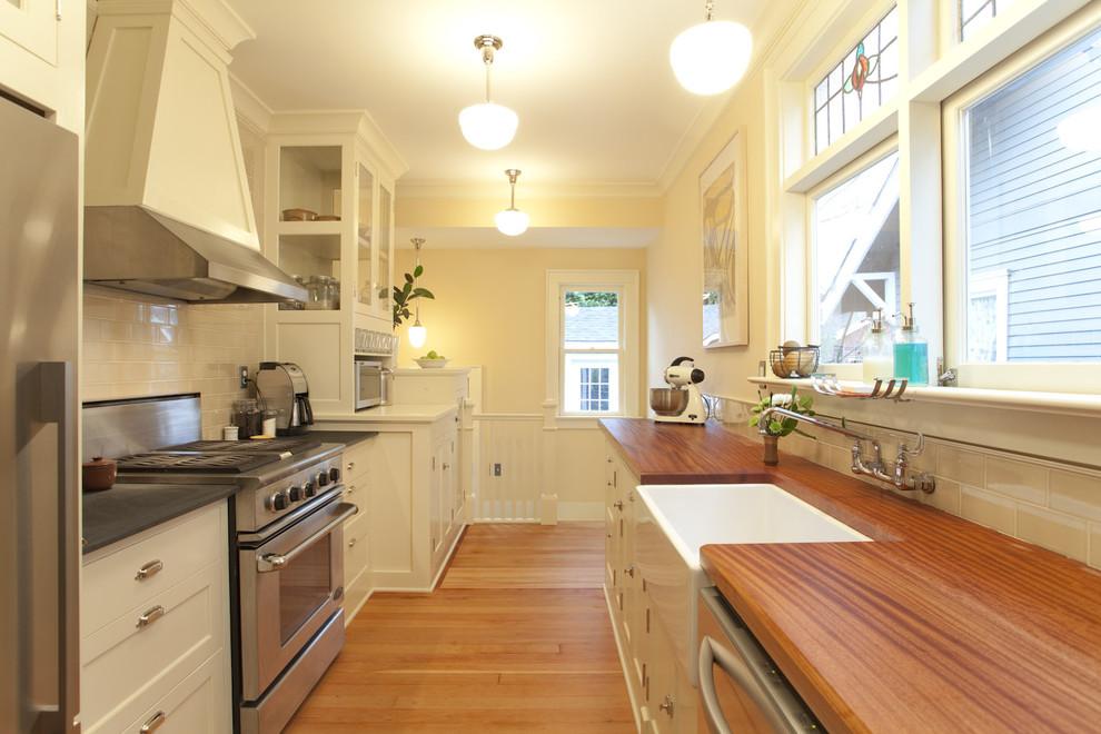 Оригинальный дизайн интерьера белой кухни с деревянными акцентами от Buckenmeyer Architecture