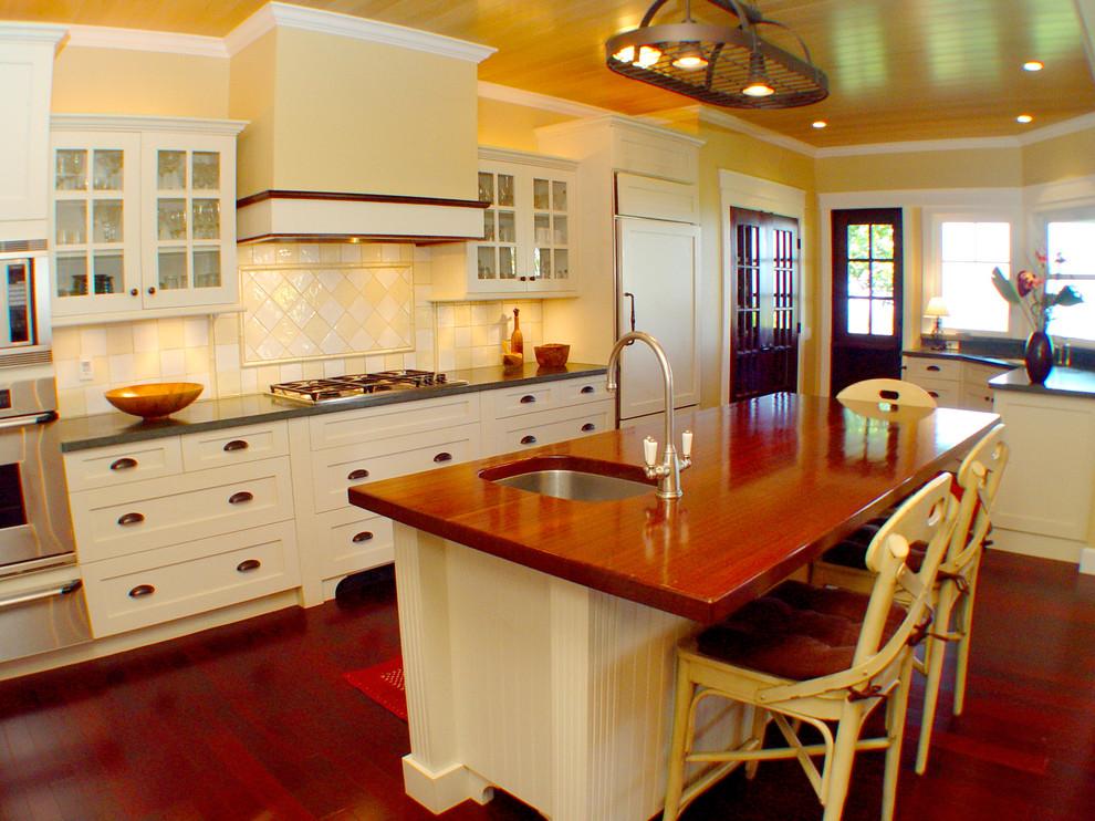 Оригинальный дизайн интерьера белой кухни с деревянными акцентами от Tervola Designs