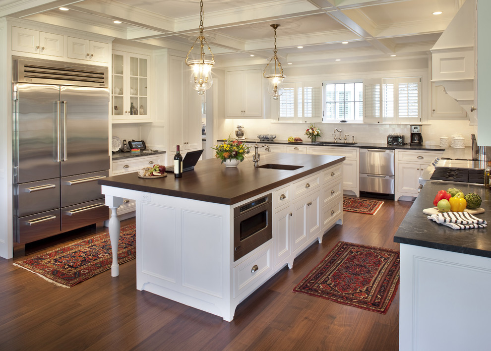 Оригинальный дизайн интерьера белой кухни с деревянными акцентами от Siemasko + Verbridge