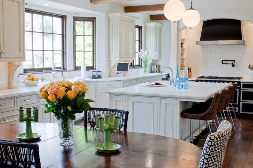 Оригинальный дизайн интерьера белой кухни с деревянными акцентами от Abbott Moon