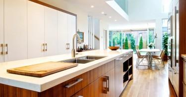 Оригинальный дизайн интерьера белой кухни с деревянной столешницей от Andrew Snow Photography