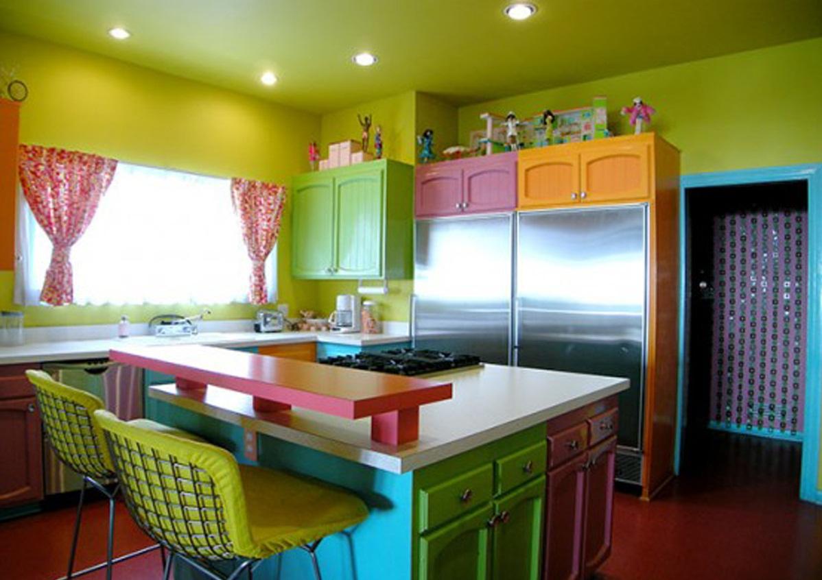 Яркий фасад мебельного гарнитура в интерьере кухни