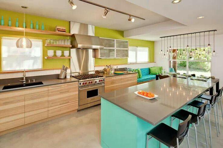 Яркие акценты в минималистском интерьере кухни