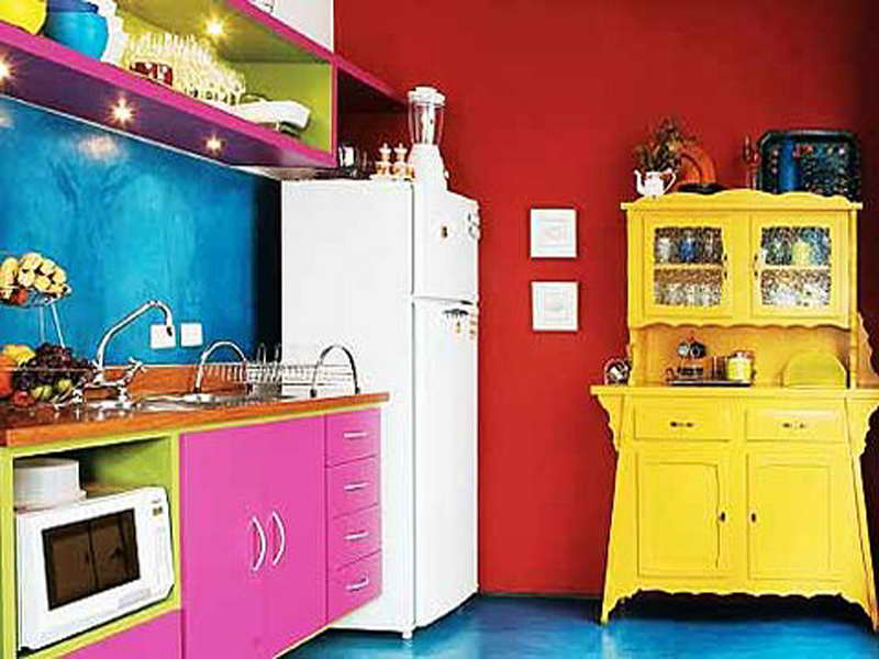 Яркий фасад мебельного гарнитура в ретро-интерьере кухни