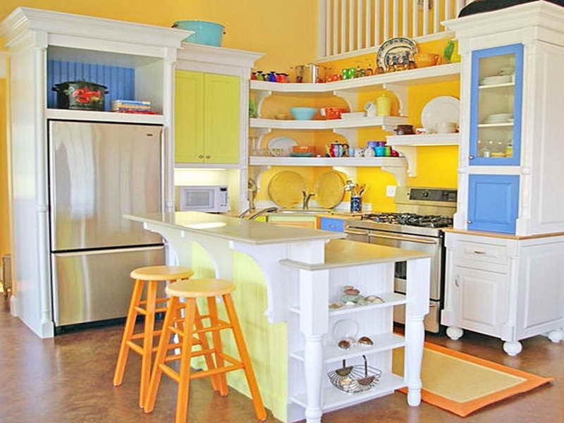 Яркий фасад мебельного гарнитура в эклектичном интерьере кухни
