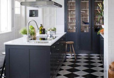 Оформление кухни с тёмными шкафами