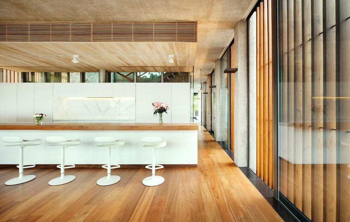 Интерьер деревянной кухни с белыми акцентами