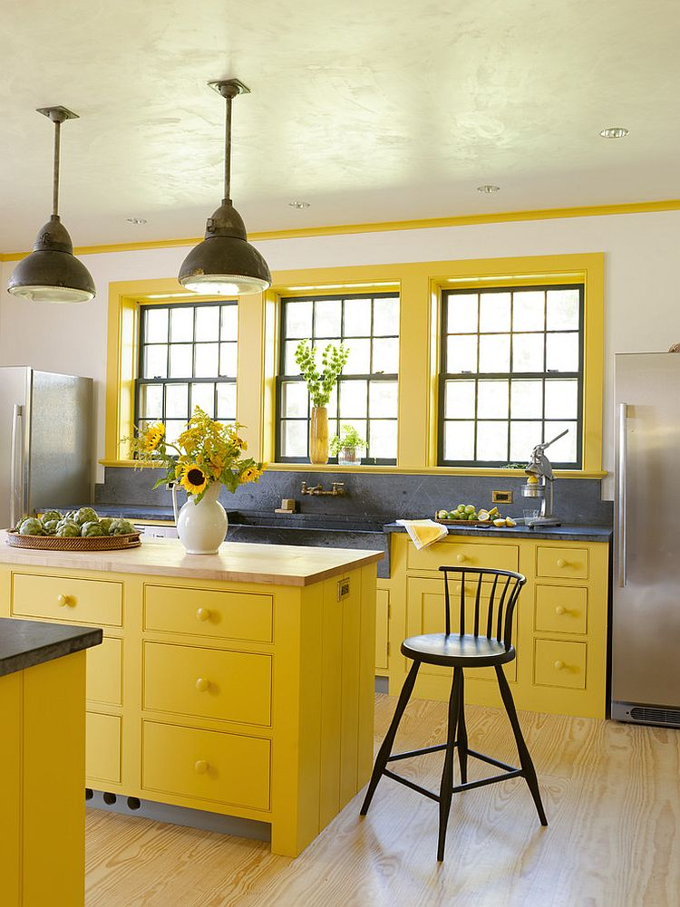 Серо-жёлтый интерьер кухни: букет подсолнухов на столе