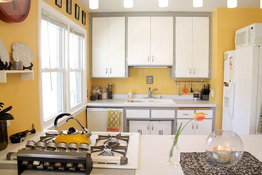 Серо-жёлтый интерьер кухни: белая кухонная мебель