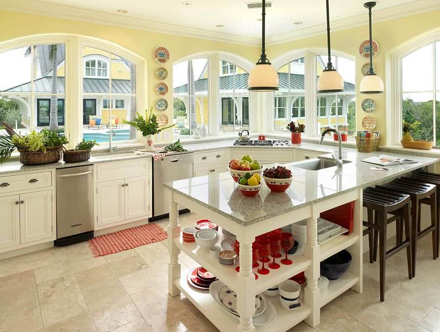 Серо-жёлтый интерьер кухни: красные бокалы на полке