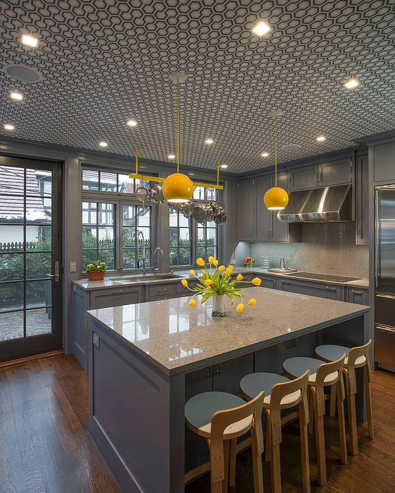 Серо-жёлтый интерьер кухни: букет жёлтых тюльпанов