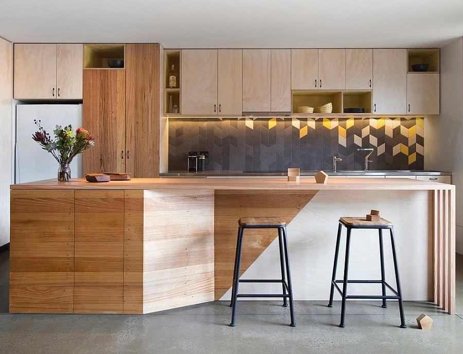 Серо-жёлтый интерьер кухни: деревянный остров