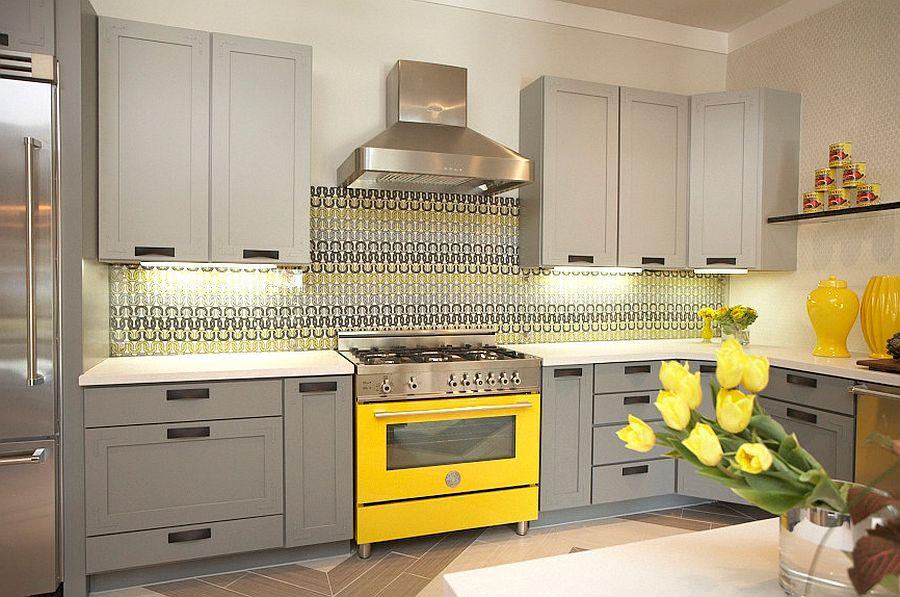Серо-жёлтый интерьер кухни: оригинальный узор на фартуке