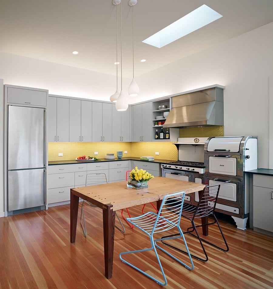 Серо-жёлтый интерьер кухни: стильные стулья возле стола