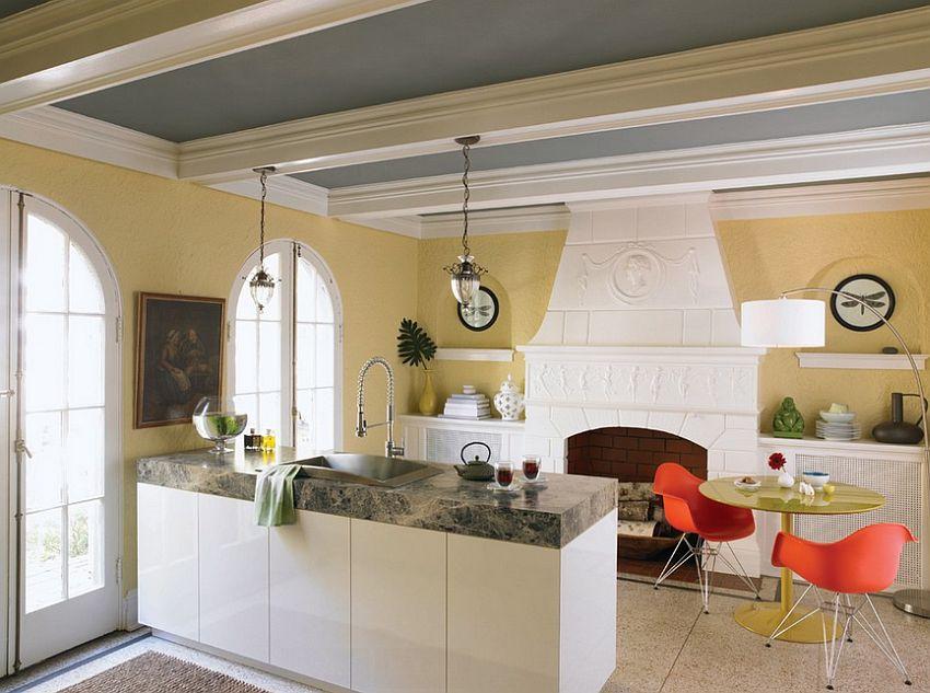 Серо-жёлтый интерьер кухни: столешница из мрамора